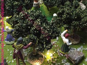 L'olivade, la poissonnière de F. Pardi ( l'étal est de Dominique) la vendeuse de tissus (santon Codou Rosell), dernière photo les vendeuses sous les halles