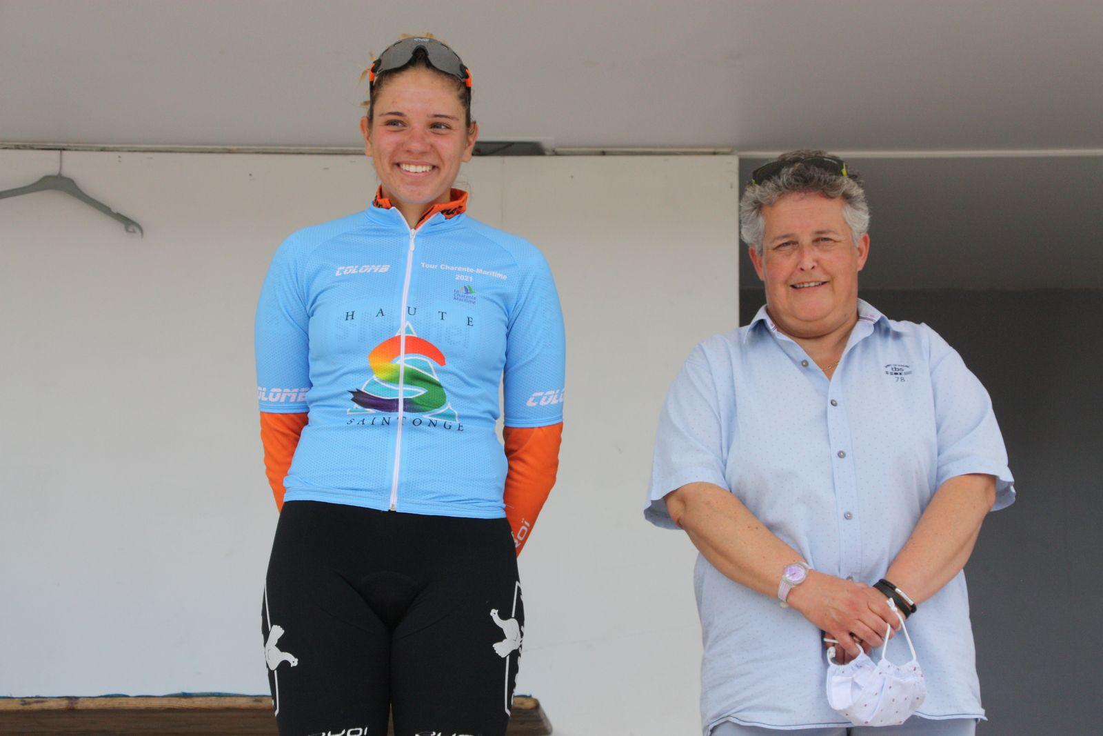 Le  maillot  Espoir  avec  madame  le  maire  de  Jarnac-Champagne