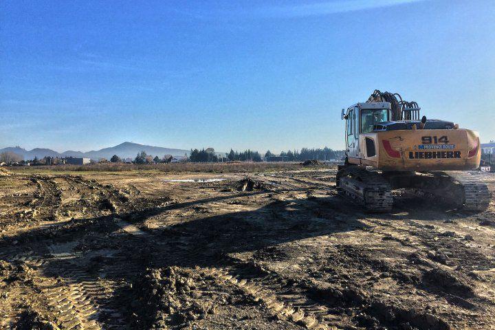 Des entrepôts et un site de stockage de produits dangereux en construction sur une friche agricole dans le Vaucluse.