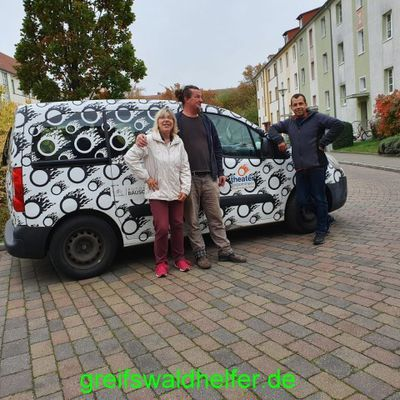 Greifswaldhelferinnen beim Vorsortieren der Dinge die noch zu verwerten sind