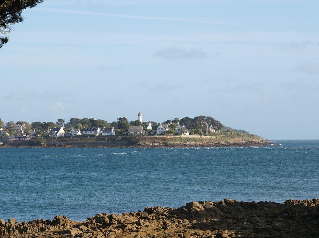Commençons par l'entrée du port du Crouesty, côté sud-est; puis Port Navalo et son phare, avec un peu plus à l'intérieur du golfe, la pointe de Bilgroix (dia 7, 8 et 9 ) et sa Vierge en granit. En face, côté nord-ouest de l'entrée du golfe, la pointe de Kerpenhir avec sa statue de la Vierge à l'Enfant ( 1946 ) d'où le sentier côtier mène à Locmariaquer. Quel beau village breton !