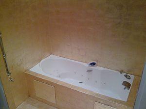 Pose de feuilles de cuivre dans une salle de bain.