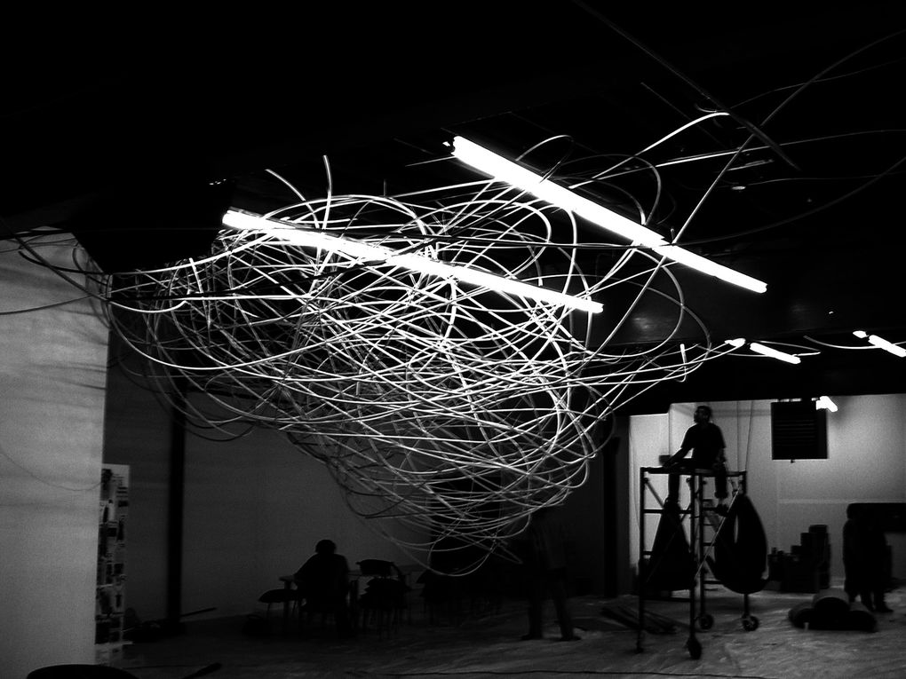 Sculptures/installations en tubes 'iro' 16mmx3m mis bout-à-bout pour former un gribouillage en 3 dimensions, une structure chaotique habitant un espace.