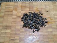 1 - Faire cuire les oeufs durs pendant 9 mn. Pendant ce temps préparer une mayonnaise maison et tailler les olives et la tomate en petits dés. Réserver deux petits ronds de tomates découpés à l'emporte-pièces pour les éléments de décoration.
