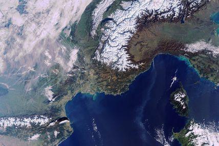 Neige à Noël et ciel sans nuages sur les Alpes et les Pyrénées vues par le satellite Envisat