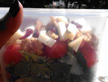 Salade, tomate, cranberries, noix