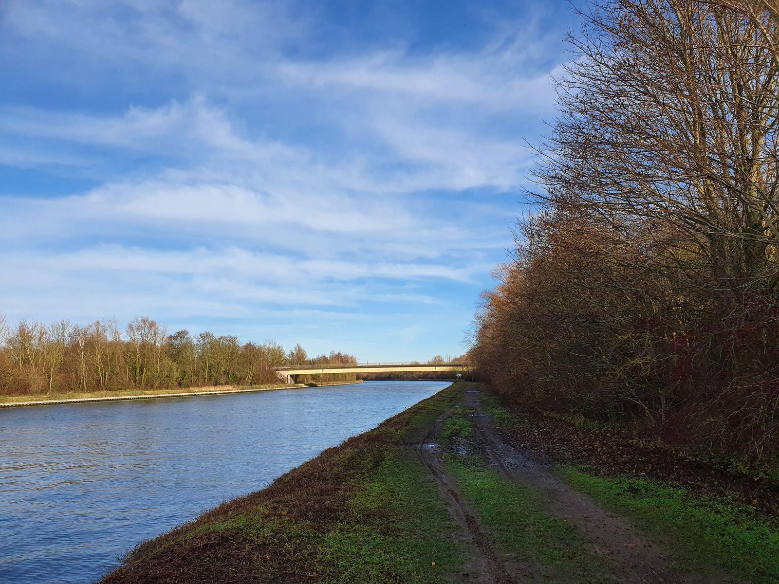 Le canal de la Deûle, à Allennes-les-Marais