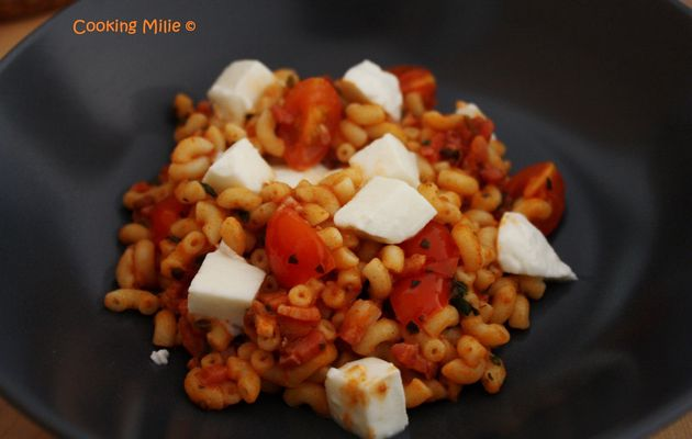 Coquillettes aux lardons, tomates cerises et mozzarella