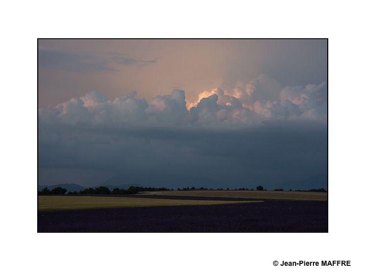 Quand la lumière et les nuages jouent avec la lavande.