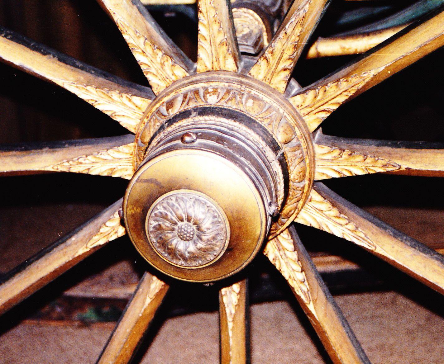 Moyeux de roues à décor sculpté d'oves et de rais de cœur et à frette bouchée par un chapeau en bronze argenté et doré (photo J.L. Libourel)