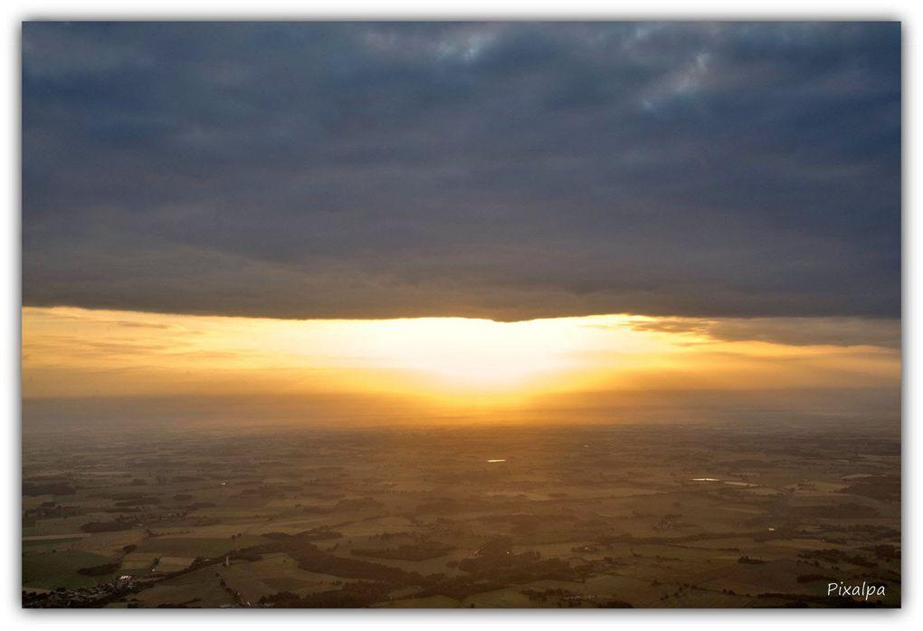 Photos prises mardi matin , 25 juin , entre 6h30 et 7h30 , à l'occasion de notre vol en montgolfière .....Le beau temps était au rendez-vous et nous avons donc pu assister au lever du soleil d'un endroit