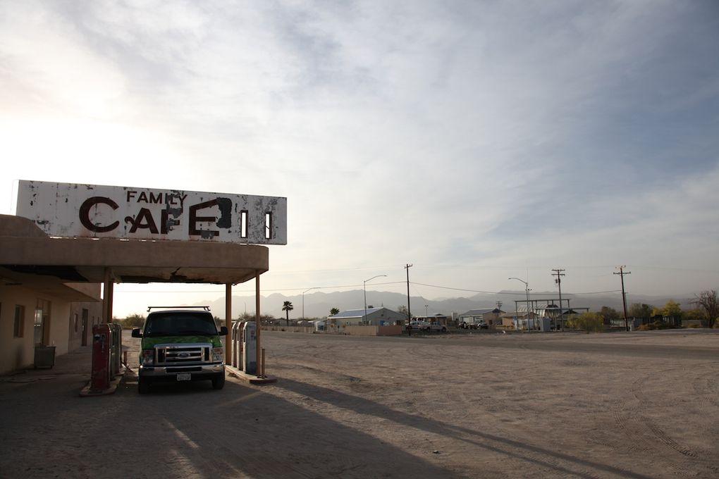 sur la route de Palm Spring, Desert Center, Mister Good, et Vidal Junction (la pompe salvatrice)