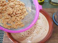 3 - Un fois le fumet réduit, en verser dans un doseur et mixer au robot plongeant. Filtrer le tout pour extraire le jus, réserver. Faire revenir dans une casserole avec un fond d'huile d'olive (2 cuil.) l'ail et l'échalote émincés pendant 5 mn, verser 10 cl de Cognac et flamber, dès que la flamme est éteinte ajouter la pulpe de tomate, le fumet, saler et poivrer et laisser mijoter sur feu doux pendant 40 mn.