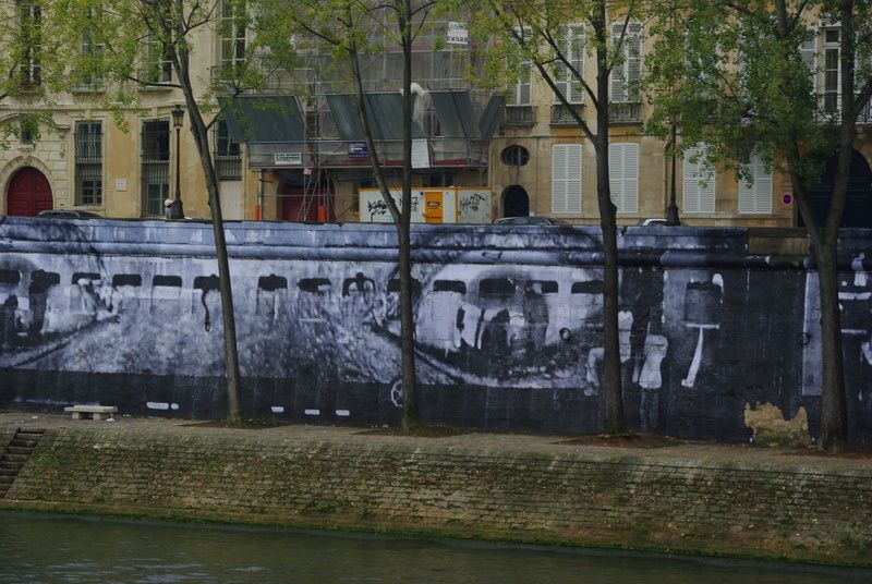 Sur l'Ile Saint-Louis à Paris, exposition WOMEN ARE HEROES de JR, du 3 octobre au 2 novembre 2009.