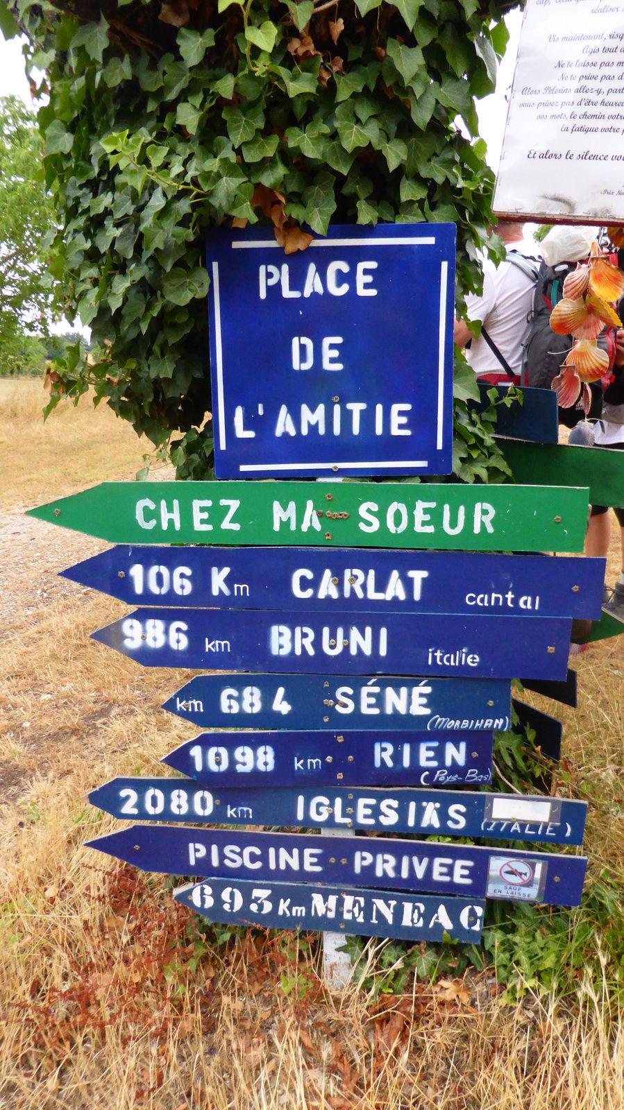 Nous voilà sur la commune de Saint-Jean-de-Laur sur la place de l'amitié, un bel endroit avec son lavoir et ses centaines de coquille Saint-Jacques multicolorés et ses panneaux avec un certain humour.