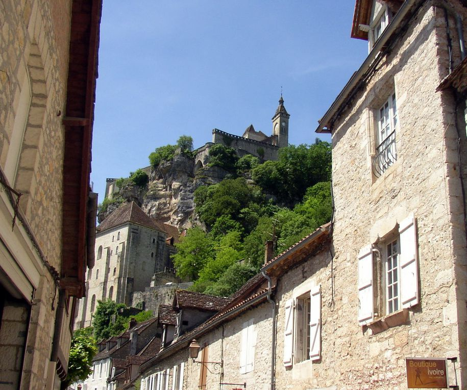 Situé dans le département du Lot, proche du Périgord et de ls Vallée de la Dordogne, Rocamadour s'inscrit au coeur du parc natural régional des Causses du Quercy