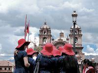 Cuzco et ses fêtes traditionnelles le dimanche matin....l'occasion de chanter et danser le temps présent dans ses plus beaux apparats et son plus beau sourire....