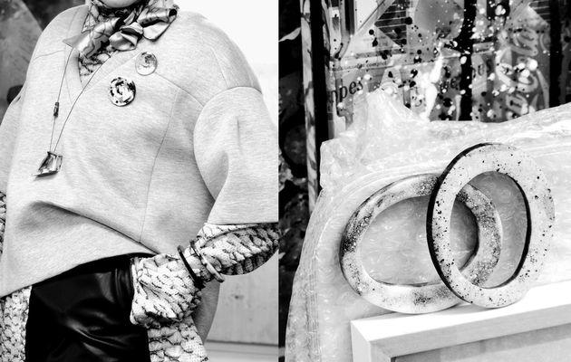 Schwarz-weiß marmorierter Schmuck aus Kunstharz