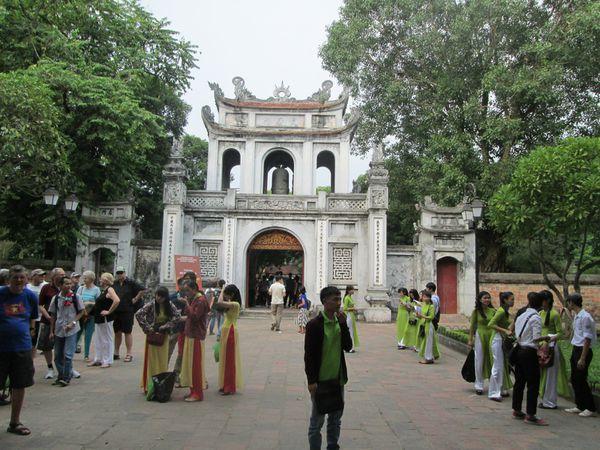 Le portail monumental qui marque l'entrée du temple de la littérature. / Khue Van Cac, le pavillon de la Constellation de la littérature date de 1805. / Le  Puits de la Clarté céleste occupe le centre de la troisième cour.