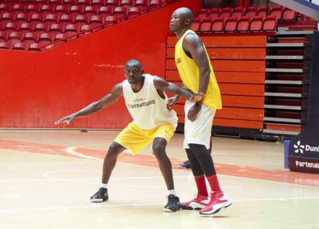 Séverin Febou (gauche) à la lutte avec Jimmy Djimrabaye (photo NBB)