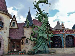 Balade dans Fantasyland et rencontre avec le lapin d'Alice au Pays des Merveilles...