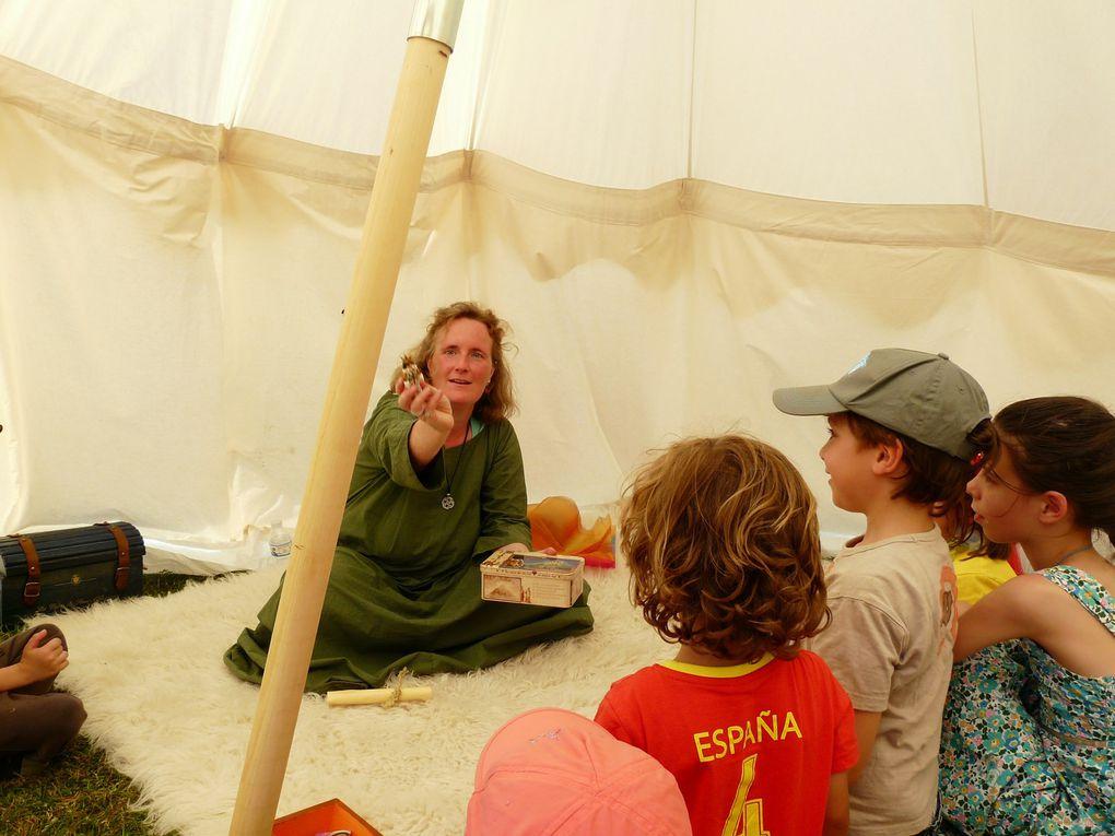 """Animation contes à la fête médiévale  """"Hasmaringa Marca"""" en 2013 (lectures) et en 2014 (improvisations libres à partir d'objets tirés au sort)."""