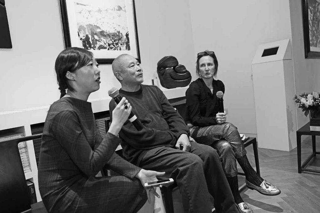 Alicia Liu, Wang Keping, Katie Hill lors de la présentation de l'oeuvre de Wang Keping