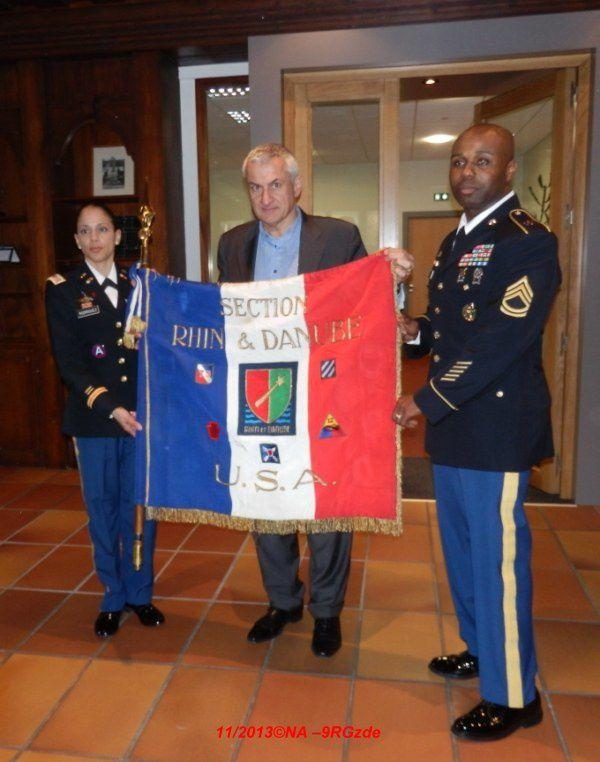 Verre de l'amitié offert par la municipalité, échange de petits souvenirs, le maire Monsieur Thierry Speitel a sorti un trésor offert par les Américains il y a quelques années déjà.