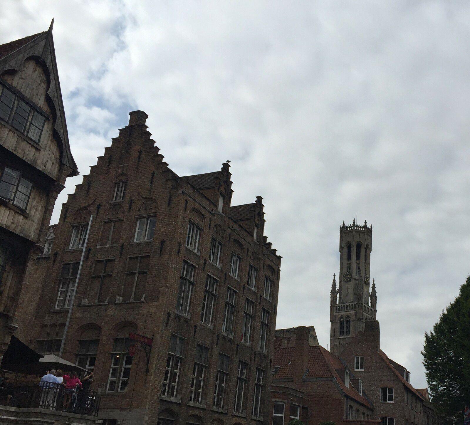 Le beffroi et la vieille ville vus des canaux