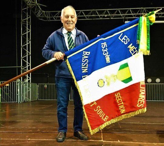 Photo du nouveau drapeau de la 1533° Section Bassin de Lacq et Soule - de Mme Rivière (exposante au Vide Grenier)