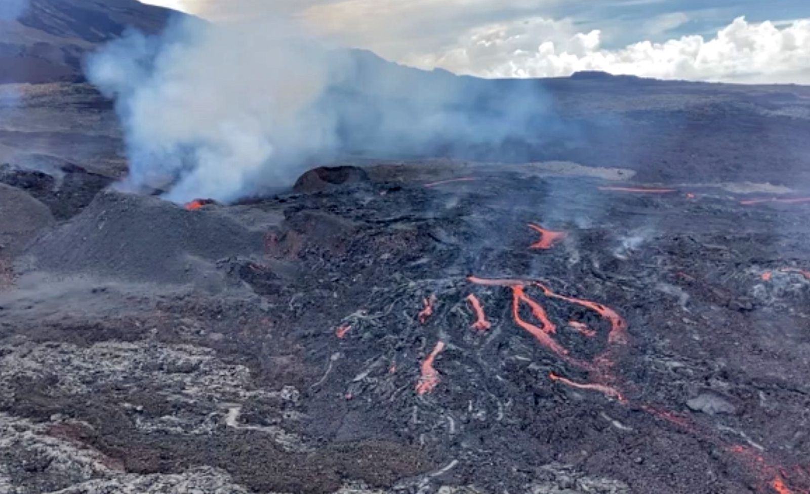 Piton de La Fournaise - photos of the OVPF during the flyby of 04.16.2021 (pity that the sharpness of the photos leaves something to be desired)