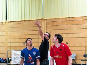 Veitshöchheims Bürgermeister Jürgen Götz eröffnete mit dem obligatorischen Sprungball die neue Basketball-Saison.