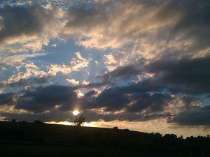 * Rouler, sans savoir où aller, regardant la nuit tomber, le ciel se voiler, le soleil se coucher *