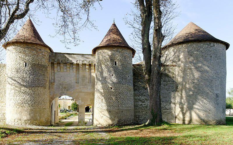 Un château fortifie du XIII eme siècle en Poitou Charentes