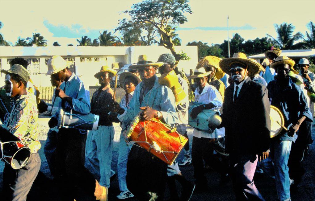 On est loin des festivals urbains comme à Pointe-à-Pitre... Marie-Galante a été une île où dominait l'esclavage des Africains travaillant dans les champs de canne à sucre. La population est peu métissée et le carnaval renvoie encore peut-être plus qu'ailleurs aux fêtes de la libération des esclaves, il y a à peine deux siècles.