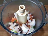 2 - Mettre tous ces ingrédients dans un mixeur, ajouter les noix de cajou, saler, poivrer et mixer assez grossièrement. Verser la farce dans un saladier, y incorporer les 2 portions de carré frais, bien mélanger et rectifier l'assaisonnement si besoin.