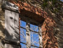 Derrière les vitres absentes, c'est le ciel bleu ...