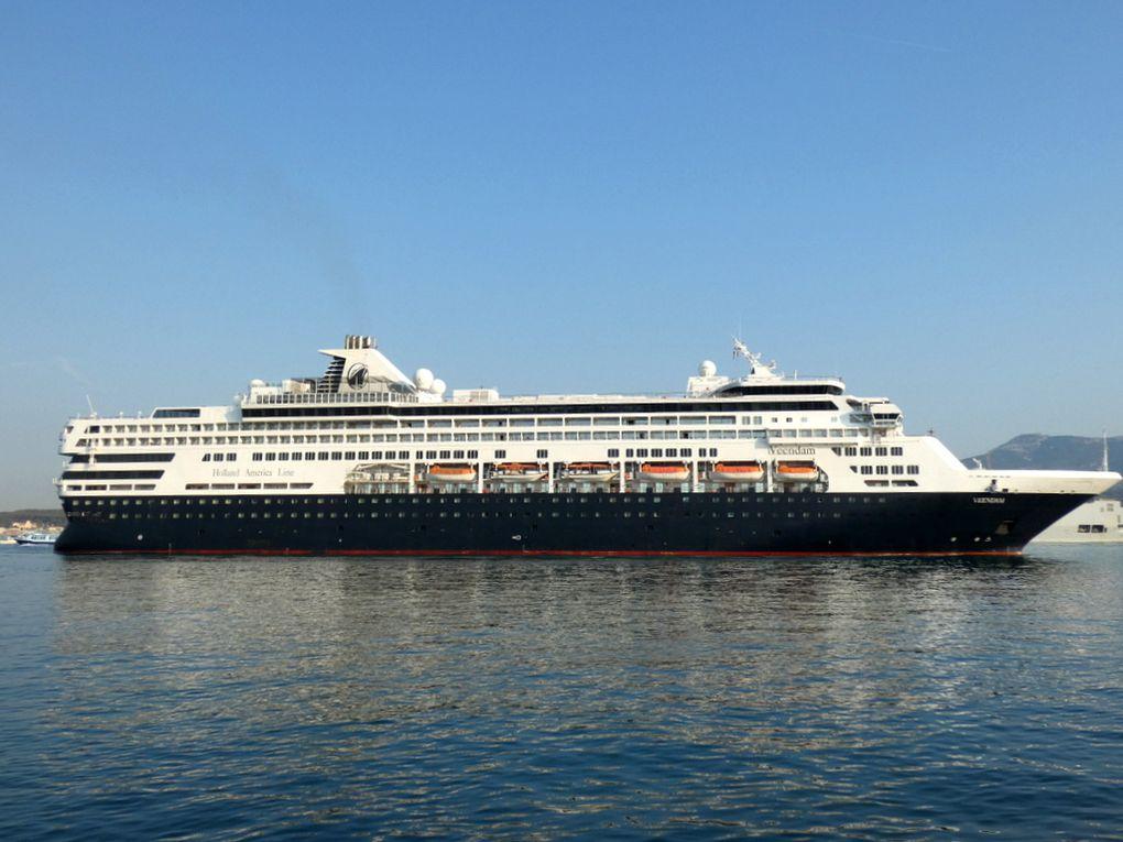VEENDAM , arrivant dans le port de Toulon le 24 juillet 2019