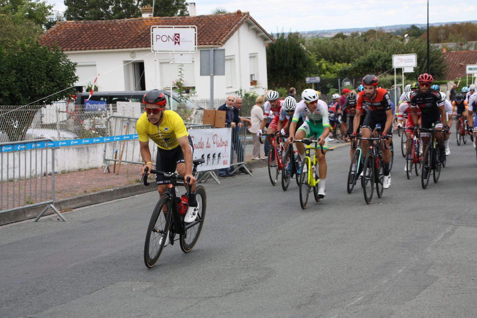 Fin  du  5e  tour  ils sont  6  en  tête, derriére  Kilian  LARPE  tente de sortir  du  peloton