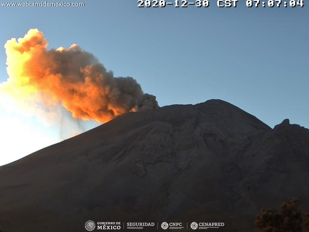 Popocatépetl - The plume of gas and ash illuminated by the sun on 12/30/2020./ 7:07 a.m. - Doc. webcamsdeMexico