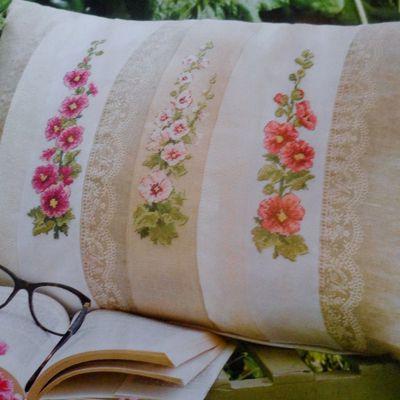 Sous les roses trémières coussin créé par V Enginger et collection de chapeaux