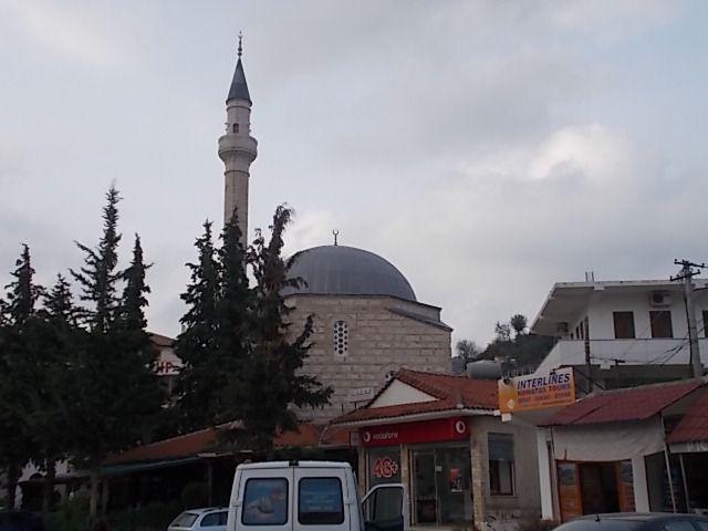 """des salines, Bérat """"la ville aux mille fenêtres"""", son université, ses mosquées, son église orthodoxe,  sa forteresse et ses maisons traditionnelles ottomanes collées les unes aux autres."""