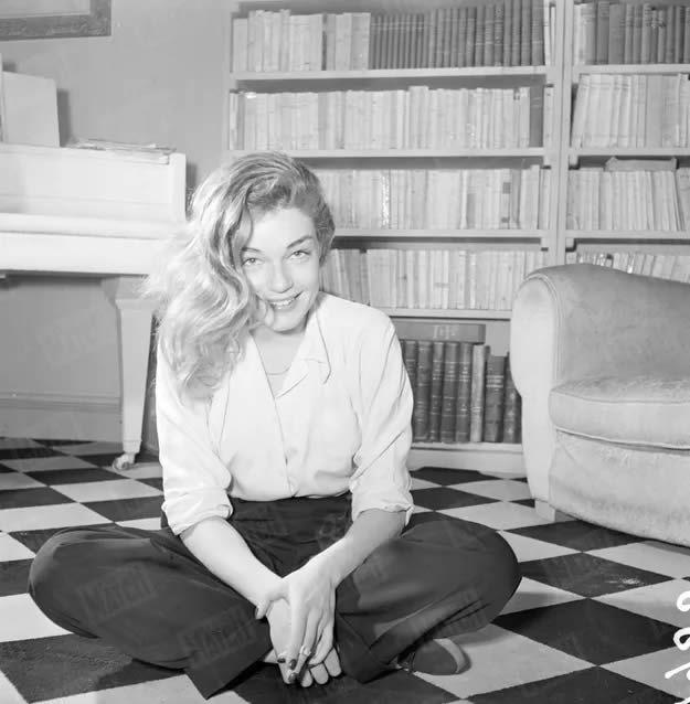 Simone Signoret, lors de son premier rendez-vous photos avec Paris Match en février 1950. Jacques De Potier / Paris Match