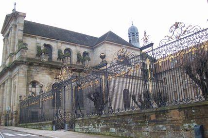 Quartier centre ville : le lycée Joseph Bonaparte.