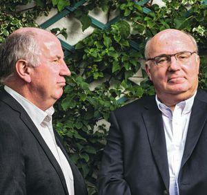 Les frères Alain (de face) et Éric Bocquet, veulent « donner des armes aux citoyens dans un combat difficile ».