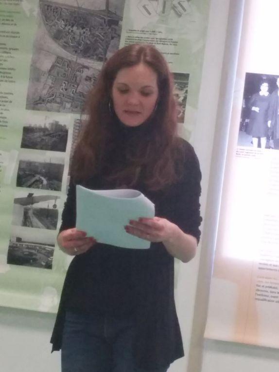 ouverture de l'exposition, 3 mars 2015, le public est attentif aux explications d'Emmanuelle