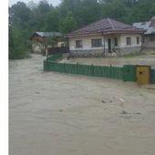 Imagini infricosatoare cu o viitura care inunda in cateva minute un drum comunal din Prahova VIDEO