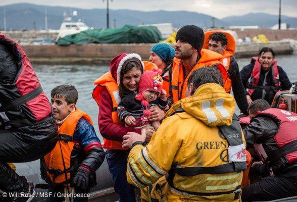 De novembro, skipoj de Greenpeace helpas « Kuracistoj Sen Landlimoj »-n (KSL) sur la greka insulo Lesbo, kien alvenas ĉiutage per ŝipo, personoj fuĝantaj militon, malriĉecon kaj subpremadon.