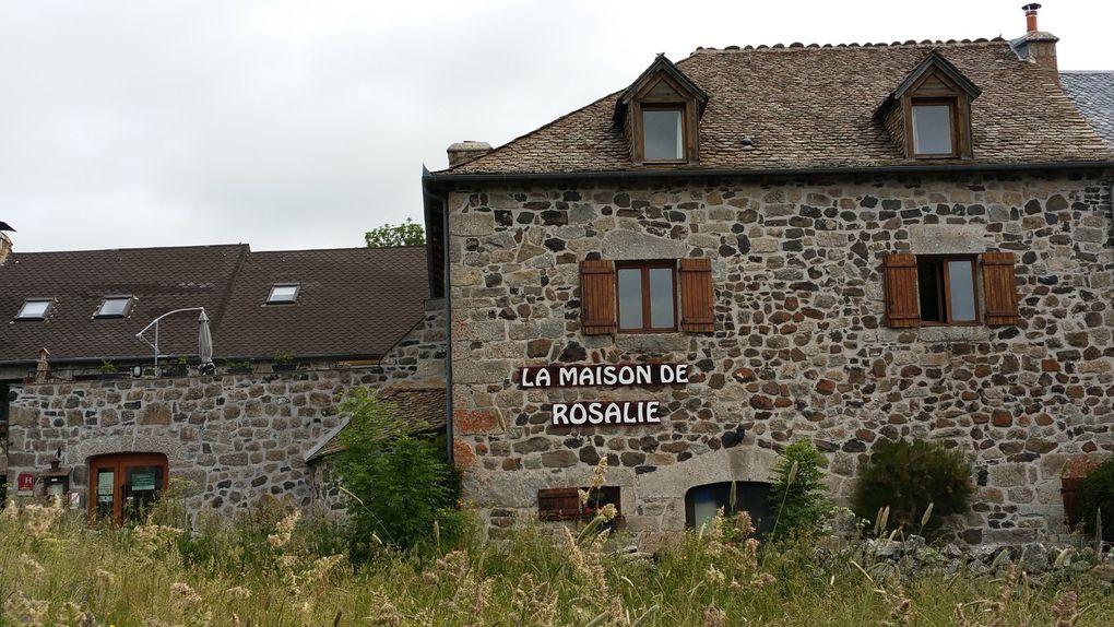 En traversant le village de Montgros
