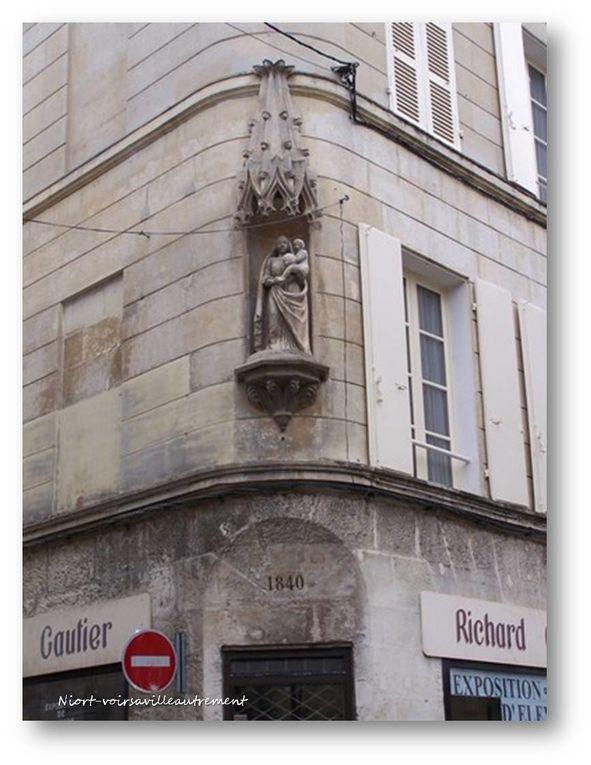 de jolies sculptures sur les portes et des terrasses sur les toits